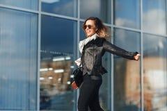 кладет счастливую женщину в мешки покупкы Стоковое Фото