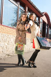 кладет счастливых женщин в мешки покупкы 2 Стоковое Изображение