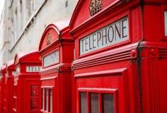 кладет телефон в коробку красного цвета london стоковые изображения rf