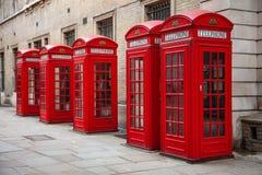 кладет телефон в коробку красного цвета london стоковые изображения