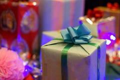 кладет тесемки в коробку подарка Стоковые Изображения
