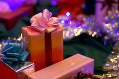 кладет тесемки в коробку подарка Стоковые Изображения RF