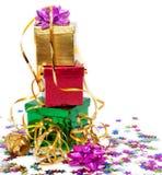 кладет тесемку в коробку золота подарка Стоковое Изображение