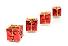 кладет тесемку в коробку красного цвета золота подарка Стоковые Изображения RF