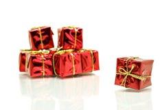 кладет тесемку в коробку красного цвета золота подарка Стоковое Изображение