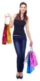 кладет усмехаться в мешки покупкы девушки стоковое изображение