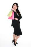 кладет усмехаться в мешки покупкы клиента Стоковое Изображение