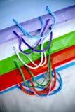 кладет цветастую бумажную покупку в мешки различную Стоковые Фотографии RF