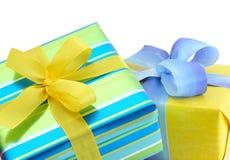 кладет цветастый подарок в коробку Стоковое Фото