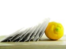 кладет чай в мешки лимона стоковое фото rf