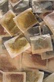 кладет чай в мешки различный Стоковая Фотография