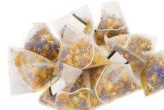 кладет чай в мешки Стоковое Фото