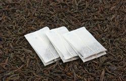 кладет чай в мешки Стоковые Изображения RF