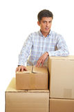 кладет человека в коробку картона Стоковая Фотография