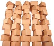 кладет штабелированный картон в коробку Стоковое Фото