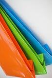 кладет яркую покрашенную бумагу в мешки подарка Стоковая Фотография RF