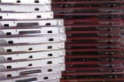кладет cd кучу в коробку Стоковая Фотография RF