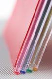 кладет cd цвет в коробку Стоковое Изображение