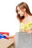 кладет shoping детенышей в мешки женщины Стоковые Фото