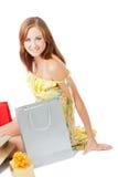 кладет shoping детенышей в мешки женщины Стоковая Фотография
