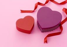 кладет valentines в коробку подарка дня Стоковая Фотография