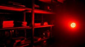 Кладовка или кладовая с красными лампой и светом Шарик красного света накаляя от приспособления в темной комнате красный сбор вин стоковая фотография