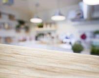 Кладовка кухни нерезкости деревянной стойки столешницы с полкой и освещением стоковая фотография rf