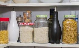 Кладовка с хранением раздражает макаронные изделия жасмина риса Стоковое Изображение