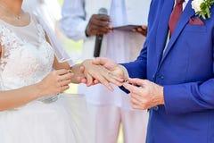 Кладущ кольцо в наличии на weddingday Стоковые Изображения
