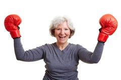 кладя в коробку пожилая женщина перчаток Стоковые Фотографии RF