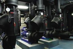 Клапаны мотора на черных изолированных трубах Стоковое Изображение