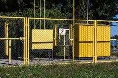 клапаны рядка газовой промышленности красные Оборудование газа трубопровода стоковое изображение