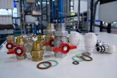 Клапаны, штуцеры и термостаты воды на таблице стоковое изображение
