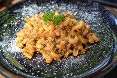 Классика сыра макарон испекла домодельный взгляд сверху стоковые изображения rf