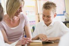 классифицируйте его учителя школьника чтения стоковое изображение rf