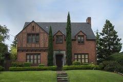 Классицистический колониальный дом кирпича Стоковые Фото