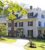Классицистический экстерьер дома New England американский. Стоковые Фотографии RF
