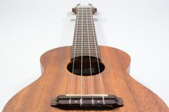 Классическая деревянная гавайская гитара с строкой 4 нейлонов стоковые фото