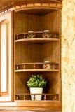 Классическая деревянная кухня Воплощение решений современного дизайна стоковые изображения rf