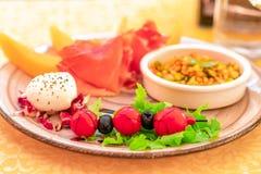 Классическая итальянская закуска Итальянские томаты вишни, моццарелла c стоковая фотография