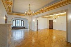 Классическая комната с украшениями золота Стоковая Фотография
