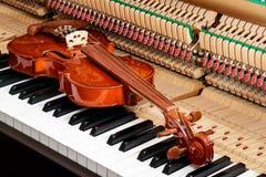 классическая коричневая скрипка на изображении конца поднимающем вверх ключей рояля и внутренней предпосылки стоковое фото rf
