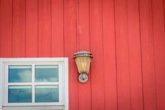 Классическая отделка стен дизайна при включении стекло окна и лампа освещения покрашенная красная деревянная стена Винтажный фона стоковые изображения
