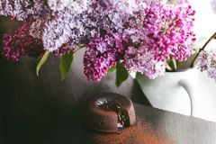 Классическая помадка шоколада на темной предпосылке с цветками Стоковая Фотография