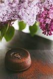 Классическая помадка шоколада на темной предпосылке с цветками Стоковое Фото