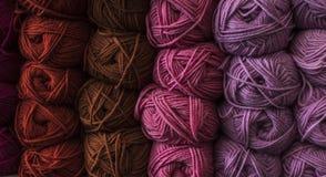 Классические болгарские пряжи вызваны длинный, непрерывный, скрученная нить или волокно используемые в текстильной промышленности стоковые изображения