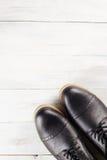 Классические ботинки ` s людей на древесине Стоковые Изображения