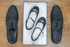 Классические ботинки ` s людей на поле и младенце в коробке стоковые изображения