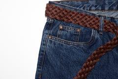 Классические джинсы с концом-вверх 5 карманов джинсы со сплетенным поясом коричневой кожи и грубых толстых потоков винтажное текс стоковое изображение
