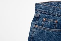 Классические карманы голубых джинсов передние грубая текстура джинсовой ткани джинсы на чистой белой предпосылке r стоковая фотография rf